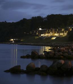 Foto af Marselis Helnan Hotel om aftenen.