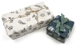 Indpakning i specialdesignet gavepapir