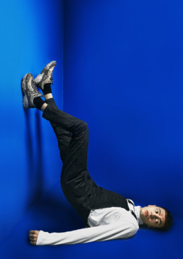 Fotografi af model i blåt RITE univers, upside down