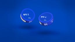 Emballagedesign af snusdåser svævende i et blåt rum 3d
