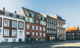 Fotografi af arkitektur af guldtaget i Aarhus C. Bruges til den nye visuelle identitet og hjemmeside ON!AD grafisk design bureau har udviklet