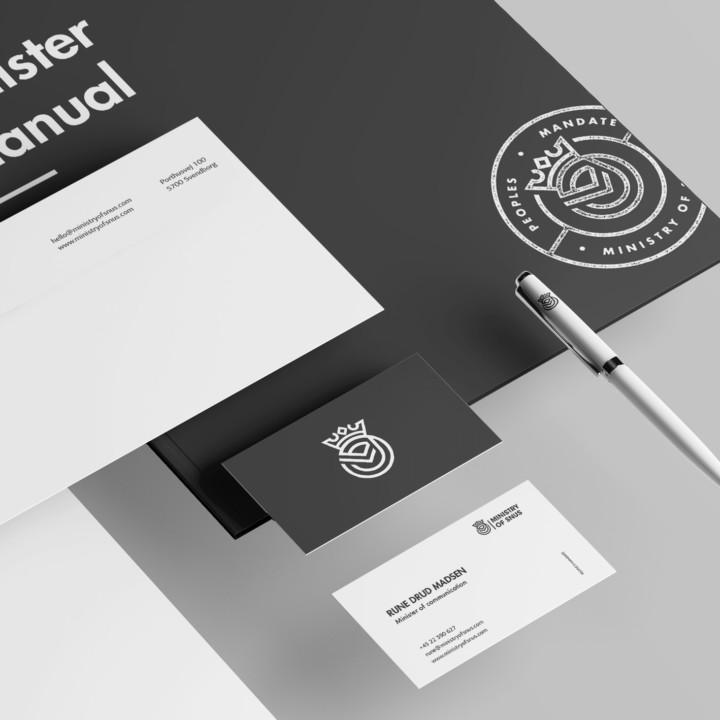 Brevlinje design med visitkort, kuvert, kuglepen og mappe.