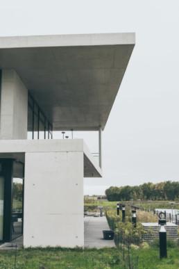 Foto af facade på Haucon i Lystrup. Arkitektfoto er taget og colorgradet af onad grafisk design bureau i aarhus