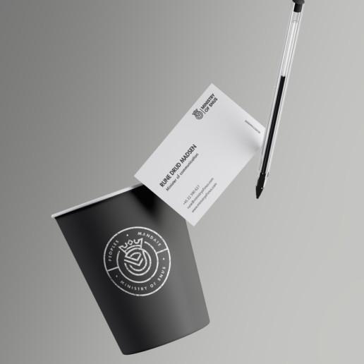 Design af visuel identitet - Svævende kop, visitkort og kuglepen.