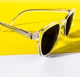 solbriller foto med gul baggrund