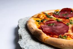 close op foto af pizza